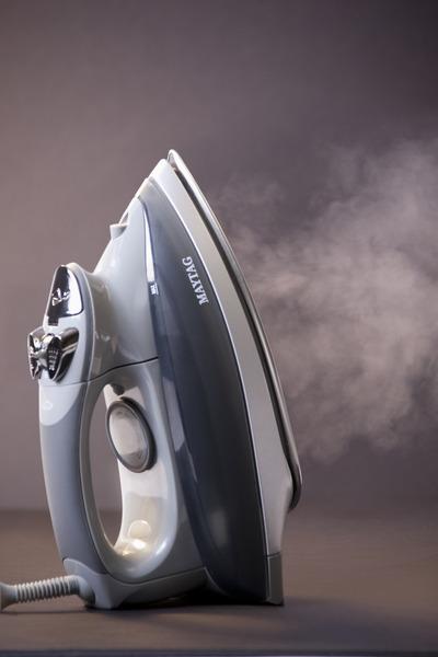 Maytag M1200 Smartfill Digital Steam Iron, 55 Sec Heat Up, Removable Water Tanknohtin