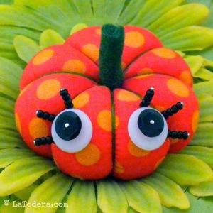 la todera LAT027PUM Winky Pumpkin Pincushion Pattern